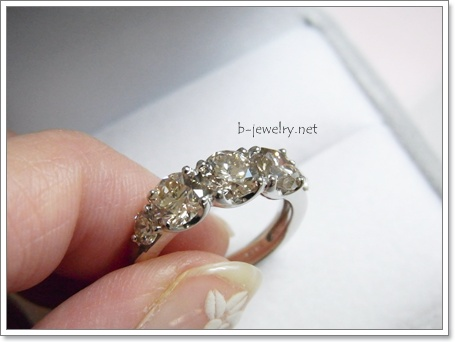 5石で2カラットのハーフエタニティデザインのダイヤモンドリングを買いましたということで評価を口コミしちゃいます