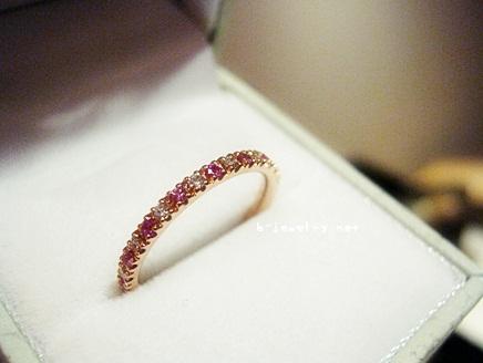 ピンクサファイアとダイヤのハーフエタニティリングは、