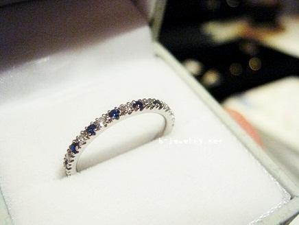 ロイヤルブルーサファイヤとダイヤモンドのハーフエタニティリング、指輪がきれいだ!