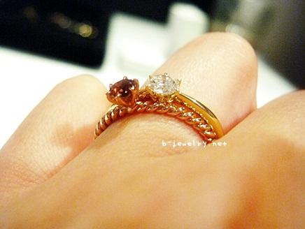 ファッションに馴染みやすい婚約指輪に評価のあるピンクゴールドがいいかも