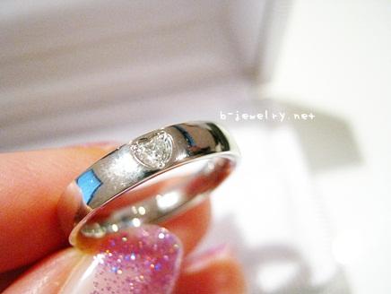 評判のハート型のダイヤモンドが埋め込まれたマリッジリング