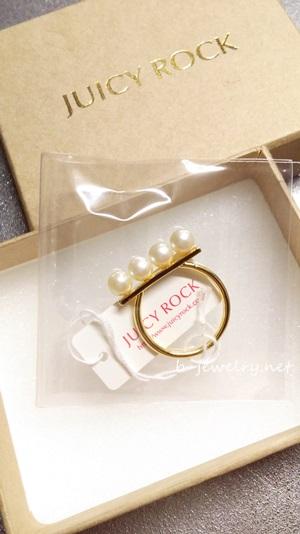プラスチックパールの指輪。