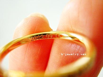 結婚指輪用の刻印が、大きい字体・フォントの刻印で読みやすい。