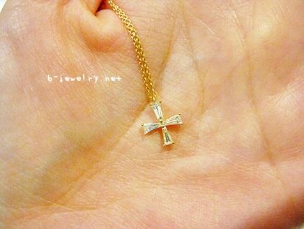 ファンシーダイヤモンドで象ったクロスデザインのペンダント