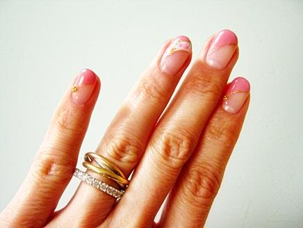 春色のジェルネイルと指輪