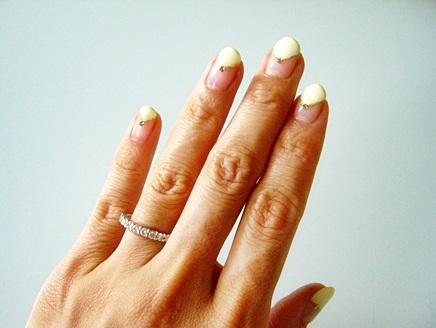 レモンイエローカラーのネイルとダイヤモンドコーディネイト