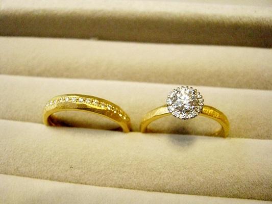 アメリカンカジュアルな印象のビンテージデザインの婚約指輪と結婚指輪たちです。