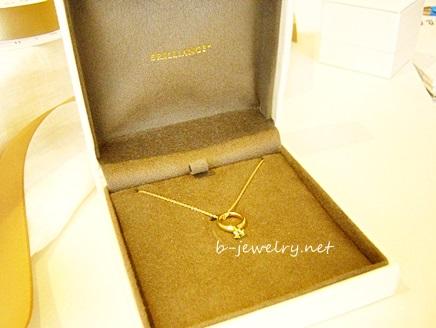 出産祝いにネックレスの贈り物