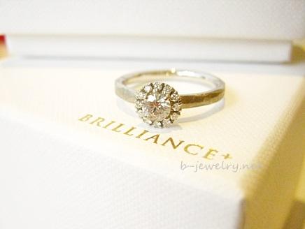 3年前から人気のヘイロータイプ婚約指輪デザインの写真。