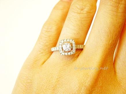 実際に婚約指輪サンプルをつけてみた写真。