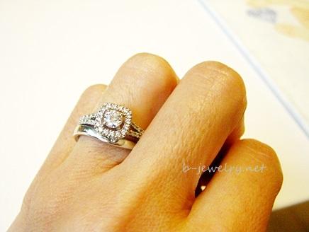 取り巻き婚約指輪デザインと結婚指輪の重ね付け写真。