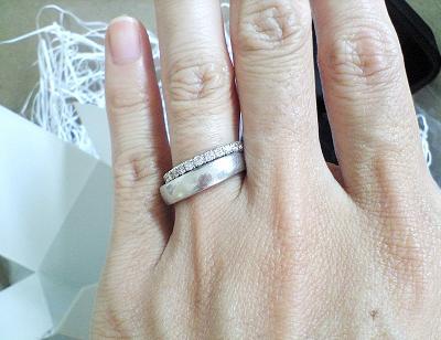 スイートテンダイヤモンドと結婚指輪(マリッジリング)を重ねづけしたときのイメージ