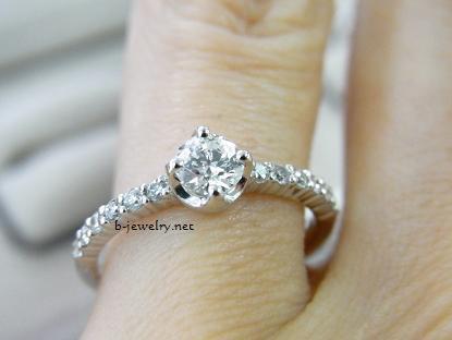 クラシカルデザインの4本爪止めダイヤモンドエンゲージリング