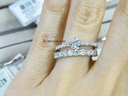 ダイヤモンドエタニティマリッジリング(結婚指輪)とダイヤモンド婚約指輪の重ねづけ写真