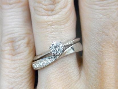 ソリティアタイプの婚約指輪とアントルティエの重ね付け