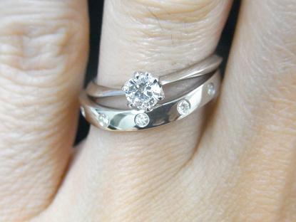 ソリティアタイプの婚約指輪とDiese(ディエーズ)マリッジリングの重ね付け
