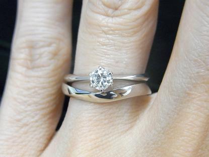 ソリティアタイプの婚約指輪とウェーブラインマリッジリングユニールの重ね付け