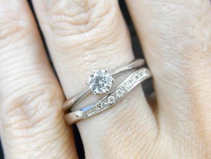 ソリティアタイプの婚約指輪とUnir(ユニール)の重ね付け