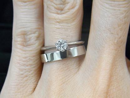 ソリティアタイプの婚約指輪とストレートタイプの結婚指輪の重ね付け