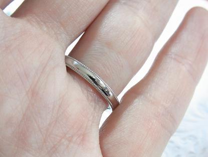 ミル打ち結婚指輪つけた様子・写真