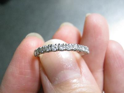 ハーフエタニティリングを結婚指輪と重ね付けする